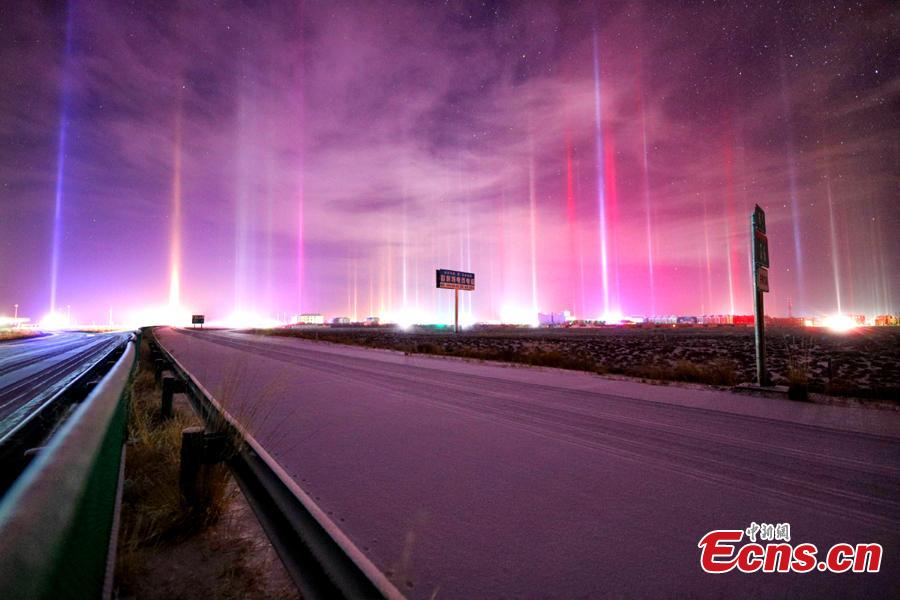 Breathtaking light poles appear at Chaka Town, Haixi Mongolian and Tibetan Autonomous Prefecture in Northwest China\'s Qinghai Province, Dec. 13, 2018. Natural light poles can only be seen at nights during very cold weather (the temperature of -20 Celsius degrees or lower). (Photo provided to China News Service/Sun Si)