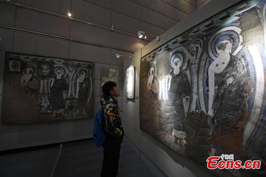 A visitor looks at a digital display of a cave from the Kizil Caves in Northwest China's Xinjiang Uygur Autonomous Region during an exhibition at Lanzhou University's Yuzhong campus in Yuzhong County, Northwest China's Gansu Province, December 13, 2018. Included in the exhibition were images of 137 murals, which were originally from the Kizil Caves but are now kept overseas, two replicas of original caves, and four digital caves. (Photo: China News Service/Yang Yanmin)