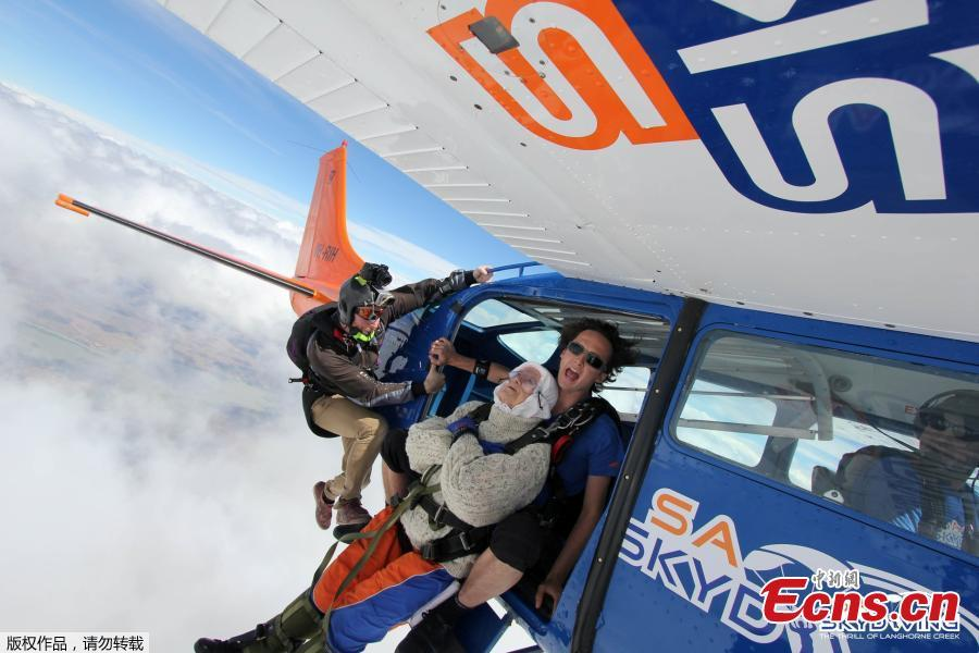 Irene O\'Shea and jump instructor Jed Smith prepare before skydiving above Langhorne Creek, Australia on December 9, 2018.(Photo/Agencies)