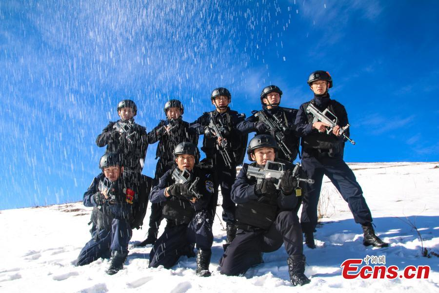 Special police undertake an intensive training on a snow-capped mountain in Ngawa Tibetan and Qiang Autonomous Prefecture, Sichuan Province. (Photo: China News Service/Zhong Xin)