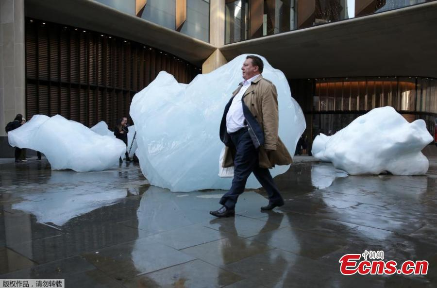 Ice Watch, a project by artist Olafur Eliasson and geologist Minik Rosing, in front of the Tate Modern in London, Dec. 12, 2018. Ice Watch is a display of 24 blocks of ice, fished out of the Nuup Kangerlua fjord in Greenland after becoming detached from the ice sheet. It\'s expected they will last between one week to 14 days before melting. It\'s hoped the project will help people better understand the reality of climate change. (Photo/Agencies)