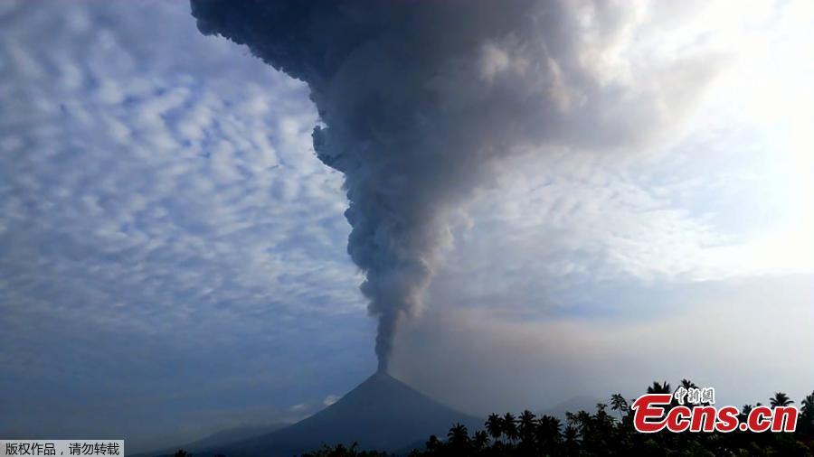 Mount Soputan spews hot ash as seen from Minahasa, Indonesia, Dec. 16, 2018. Mount Soputan, on the northern part of Sulawesi island, erupted twice Sunday morning, said the national disaster agency\'s spokesman, Sutopo Purwo Nugroho. It ejected columns of thick ash as high as 7,500 meters into the sky. (Photo/Agencies)