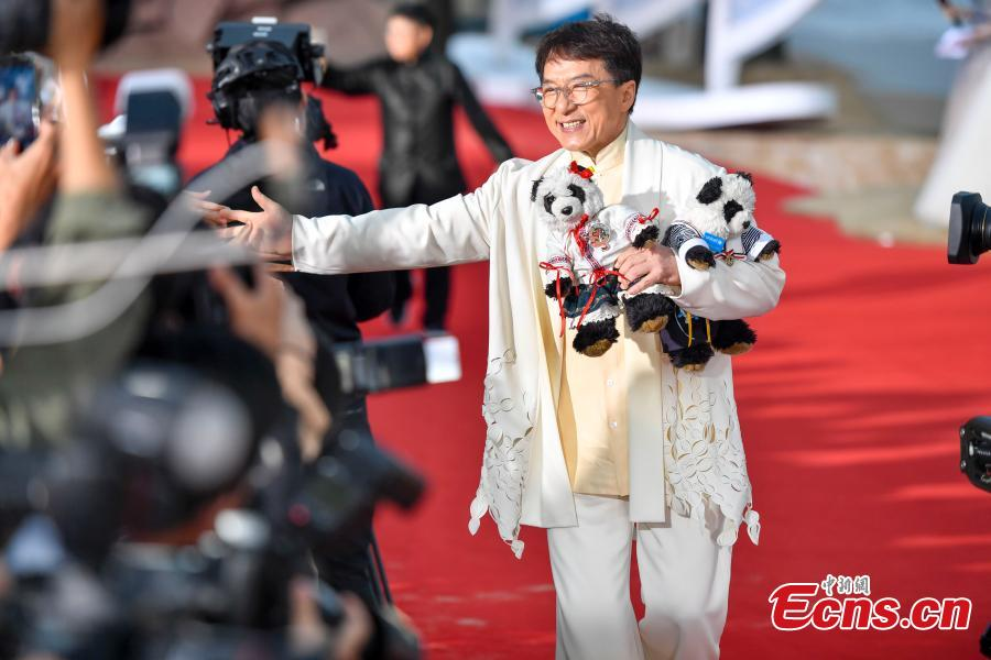 Jackie Chan arrives for the first Hainan International Film Festival in Sanya City, Hainan Province, Dec. 16, 2018. The film festival is one of a series of events in Hainan as the city seeks to build itself into a pilot free trade zone and a free trade port. (Photo: China News Service/Luo Yunfei)