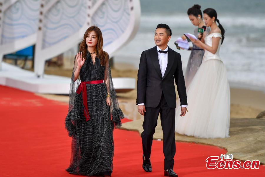 Mainland actress Zhao Wei and Taiwan actor Alec Su You-peng arrive for the first Hainan International Film Festival in Sanya City, Hainan Province, Dec. 16, 2018. The film festival is one of a series of events in Hainan as the city seeks to build itself into a pilot free trade zone and a free trade port. (Photo: China News Service/Luo Yunfei)
