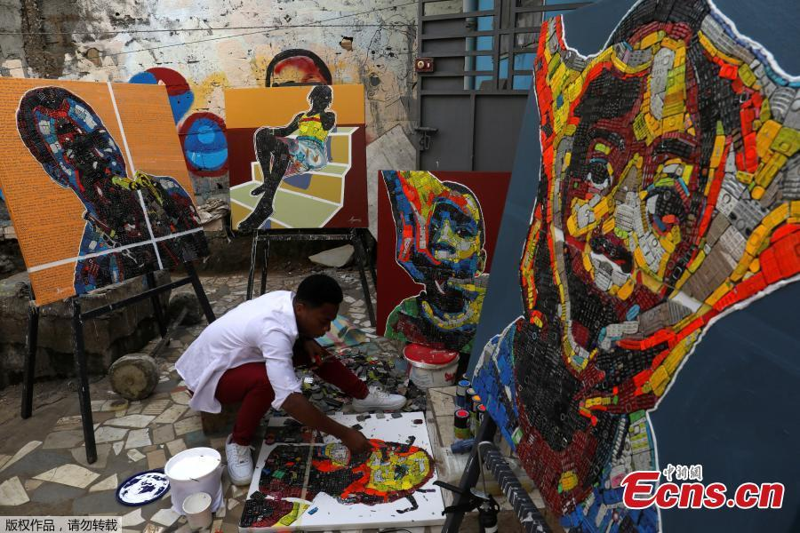 Desire Koffi, 24-year-old artist, works at his workshop in Abidjan, Ivory Coast Dec. 3, 2018. Desire Koffi often walks through Koumassi, a popular district of Ivory Coast\'s main city Abidjan, to collect old mobile phones that he buys from people for 500 CFA francs ($0.8726) a pair. Back home, he dismantles the phones with a hammer to pull out the screens and keyboards. He uses them for his paintings. One can take him up to three or five days of work. (Photo/Agencies)