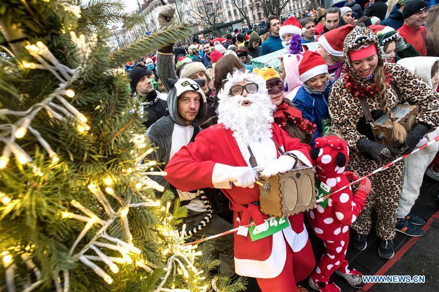 People attend the annual Christmas Run in Vilnius, Lithuania, on Dec. 16, 2018. About 3,500 people attended this year\'s race. (Xinhua/Alfredas Pliadis)