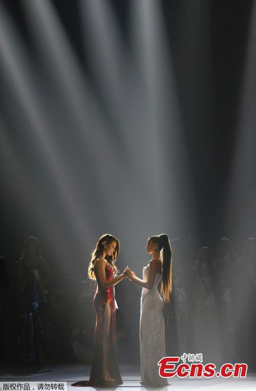 Miss Philippines Catriona Gray reacts as she is named the winner while holding hands with Miss South Africa Tamaryn Green during the final round of the Miss Universe pageant in Bangkok, Thailand, Dec. 17, 2018. (Photo/Agencies)