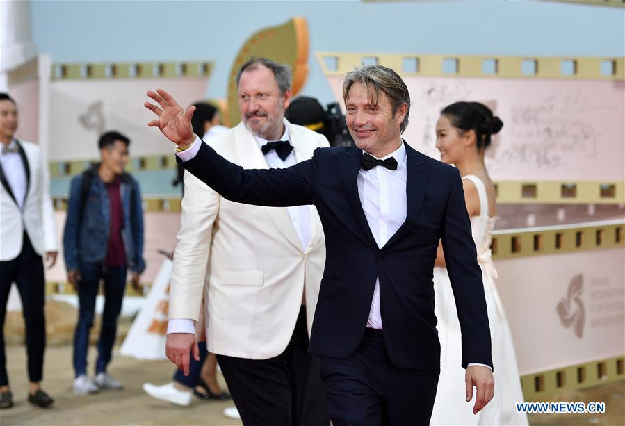Danish actor Mads Mikkelsen appears on the red carpet ceremony of the first Hainan International Film Festival in Sanya, south China\'s Hainan Province, Dec. 16, 2018. The first Hainan International Film Festival closed on Sunday in the tropical coastal city of Sanya in the country\'s southern-most island province of Hainan. The film festival is one of Hainan\'s first series of projects in building itself into a pilot free trade zone and a free trade port. (Xinhua/Guo Cheng)
