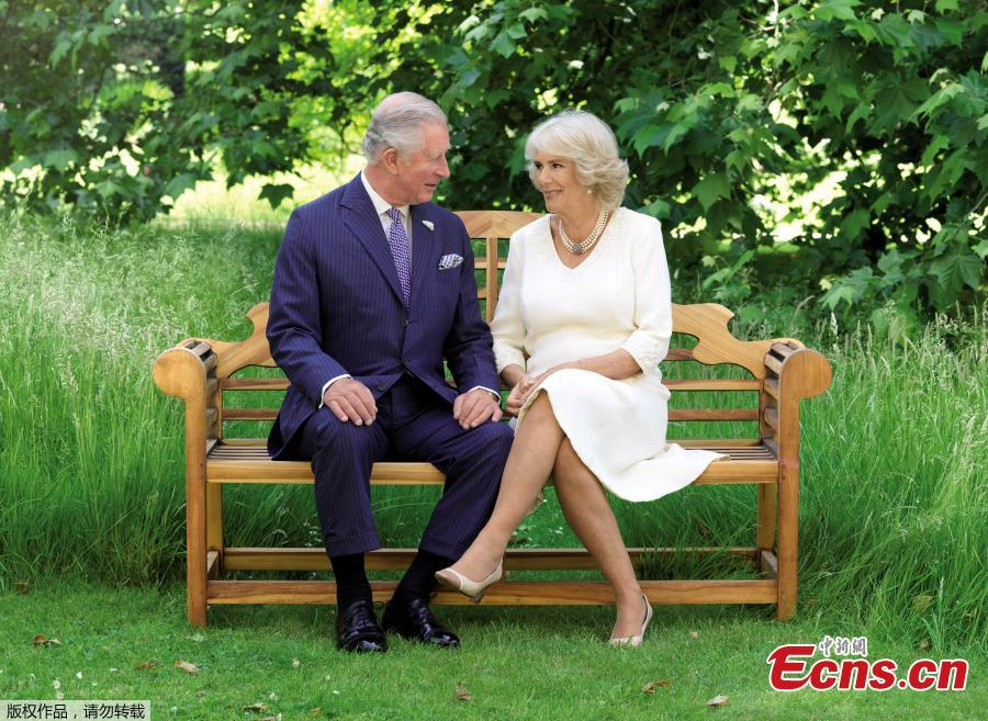 For ardent gardener Prince Charles and his wife Camilla, the choice was a photo that showed them gazing lovingly at one another while sitting on a bench surrounded by greenery. (Photo/Agencies)