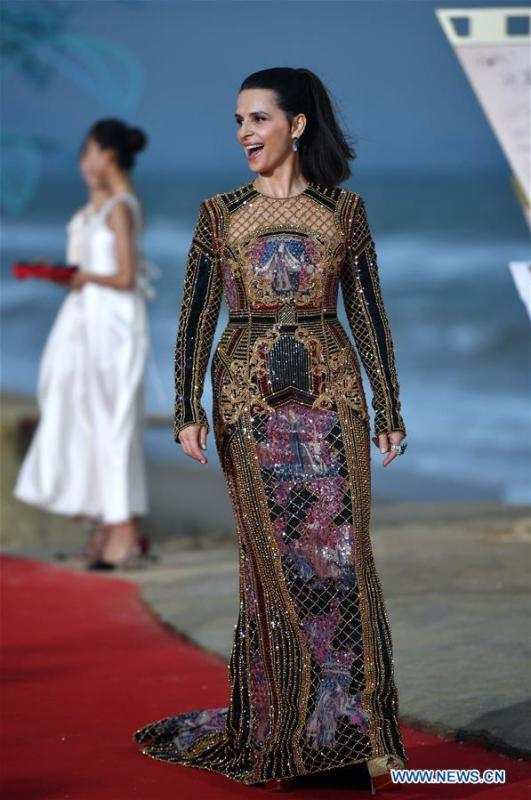 French actress Juliette Binoche appears on the red carpet ceremony of the first Hainan International Film Festival in Sanya, south China\'s Hainan Province, Dec. 16, 2018. The first Hainan International Film Festival closed on Sunday in the tropical coastal city of Sanya in the country\'s southern-most island province of Hainan. The film festival is one of Hainan\'s first series of projects in building itself into a pilot free trade zone and a free trade port. (Xinhua/Guo Cheng)