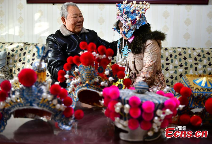 Now in his seventies, Zhou Genglan shows his handmade headpieces used in traditional operas in Shijiazhuang City, North China\'s Hebei Province, Dec. 18, 2018. Traditional headdresses had significant historical and cultural meaning in operas. (Photo: China News Service)