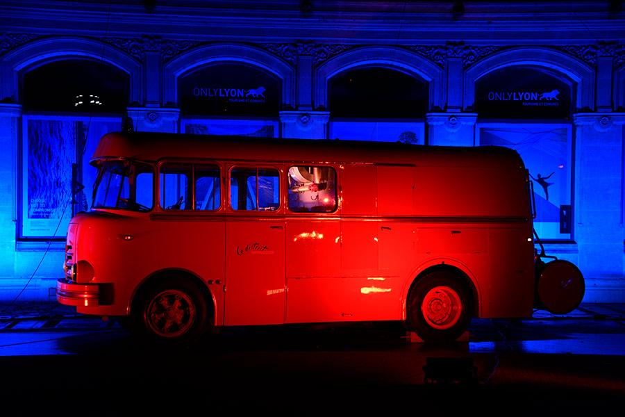 A red mini-bus seems to glow against the blue background on the Place Bellecour in Lyon, France. (Photo/chinadaily.om.cn)