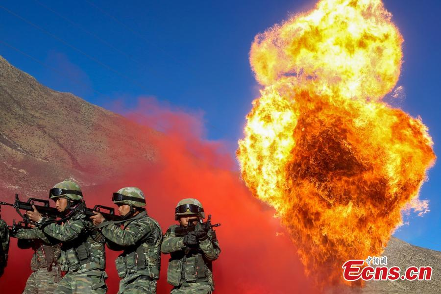 Members of the special police take part in an anti-terrorism drill in Southwest China\'s Tibet Autonomous Region, Dec. 15, 2018. The drill was comprised of more than 50 training programs covering 15 areas aimed at improving the rapid response of police in complicated scenarios. (Photo: China News Service/Yu Wenbin)