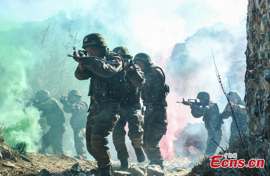Members of the special police take part in an anti-terrorism drill in Southwest China's Tibet Autonomous Region, Dec. 16, 2018. The drill was comprised of more than 50 training programs covering 15 areas aimed at improving the rapid response of police in complicated scenarios. (Photo: China News Service/Yu Wenbin)