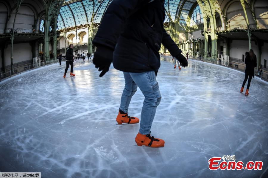 People ice skate at the Grand Palais in Paris, Dec. 17, 2018. The Grand Palais skating rink opens to the public during Christmas holidays and is the largest temporary ice rink created in France. Debuted in 1900 in time for the World\'s Fair, the Grand Palais is one of Paris\' most beautiful and recognizable structures. (Photo/Agencies)