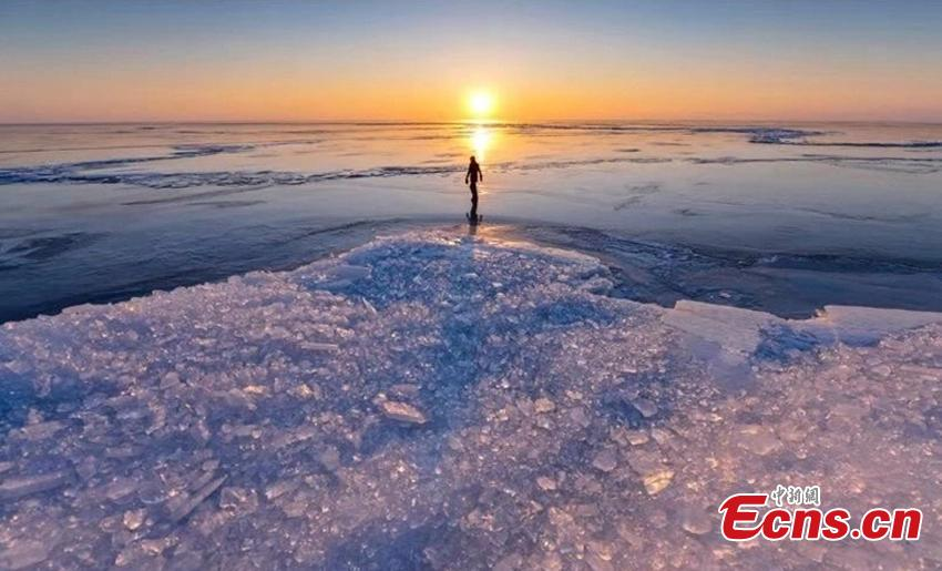 A view of the frozen Xingkai Lake, a border lake between China and Russia, in Northeast China\'s Heilongjiang Province. The largest freshwater lake in northeast China, Xingkai is well-known for its abundant biodiversity and complex ecosystems. During winter, the crystal-clear ice of the frozen lake creates an amazing landscape. (Photo: China News Service/Xu Hui)
