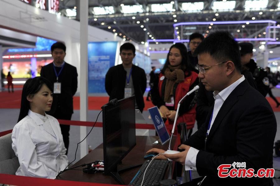 A robot called Yi Jia is presented at a tech exhibition marking 40 years of China\'s reform and opening up in Hefei City, east China\'s Anhui Province, Dec. 18, 2018.  (Photo: China News Service/Zhang Yazi)  The humanoid robot is able to give doctors a helping hand during consultations.