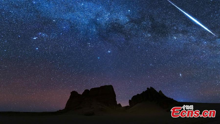 Photo taken by An Jiu shows the Geminid meteor shower and comet 46P over the Yardang geopark in Haixi Mongol and Tibetan Autonomous Prefecture, Northwest China\'s Qinghai Province. (Photo: China News Service)