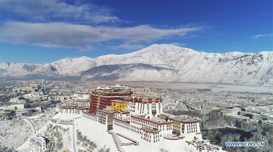 Aerial photo shows the snow-covered Potala Palace in Lhasa, capital of southwest China\'s Tibet Autonomous Region, Dec. 19, 2018. Lhasa witnessed the first snow this winter on Tuesday. (Xinhua/Purbu Zhaxi)