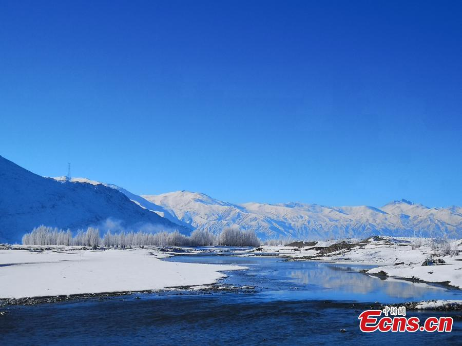 The rime scenery along the Yarlung Zangbo River after the first big snow this winter hit Southwest China\'s Tibet Autonomous Region. (Photo: China News Service/Zhao Lang)