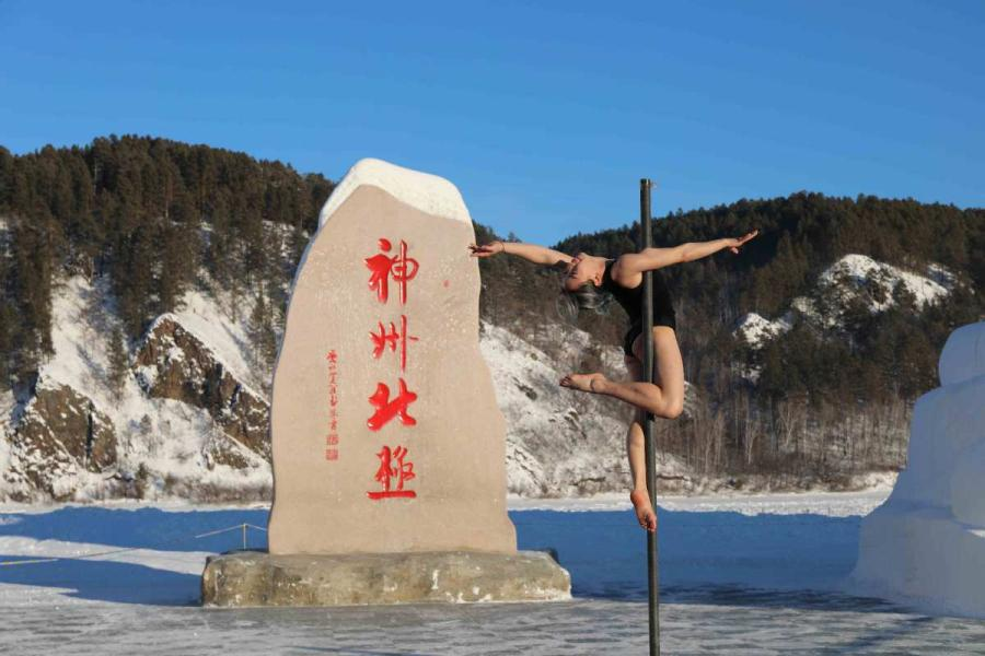 The 2018 Pole Dance Cold Competition kicks off in China\'s northernmost city Mohe, Heilongjiang Province, on Dec. 20. (Photos by Wang Jingyang/for chinadaily.com.cn)  The 2018 Pole Dance Cold Competition kicked off in China\'s northernmost city Mohe, Heilongjiang Province, on Dec. 20.  The six-day event has attracted 26 outstanding pole dancers from around the country, all fully prepared with performances of high difficulty and entertaining moves.  At the opening ceremony, dancers showed their graceful movements even as the temperature dropped as low as -30 C (-22 F).