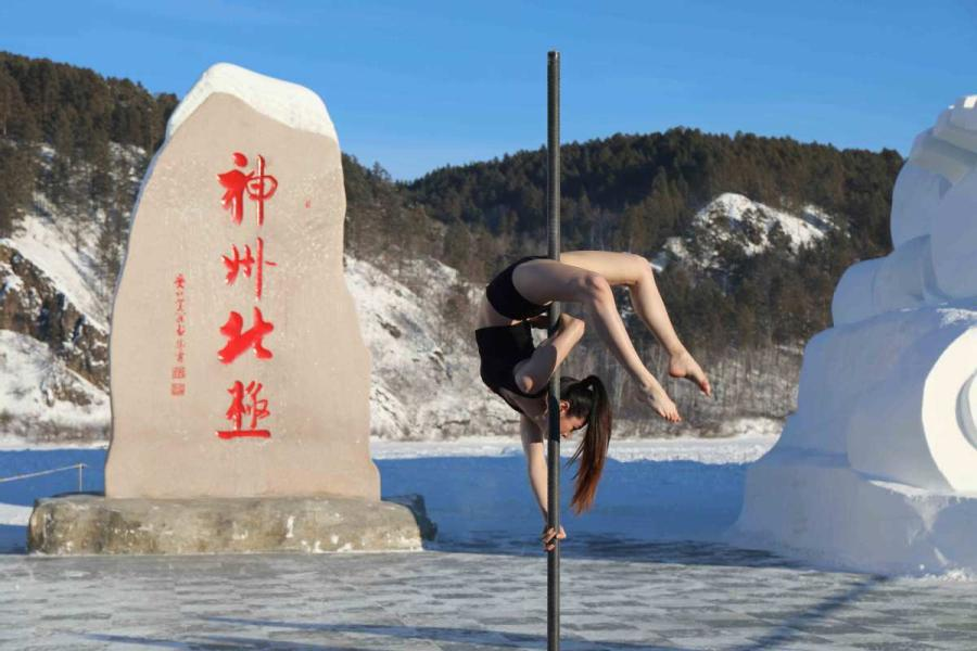 The 2018 Pole Dance Cold Competition kicks off in China\'s northernmost city Mohe, Heilongjiang Province, on Dec. 20. (Photos by Wang Jingyang/for chinadaily.com.cn)