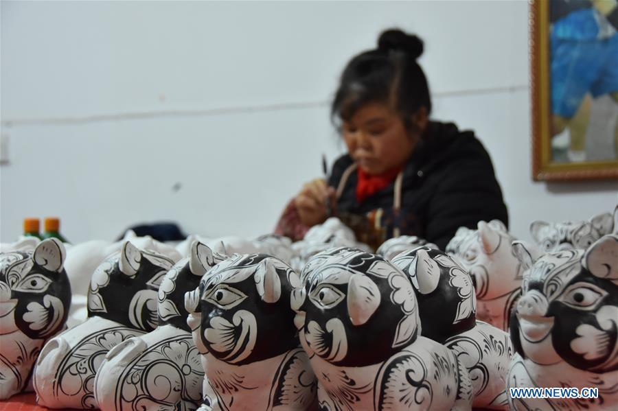 A clay sculpture artist makes clay sculptures in Liuying Village of Fengxiang County, northwest China\'s Shaanxi Province, Dec. 20, 2018. Artists of Liuying Village of Fengxiang County, known as the hometown of clay sculpture, were busy making clay sculptures to greet the upcoming Chinese lunar new year, the Year of the Pig. (Xinhua/Du Honggang)