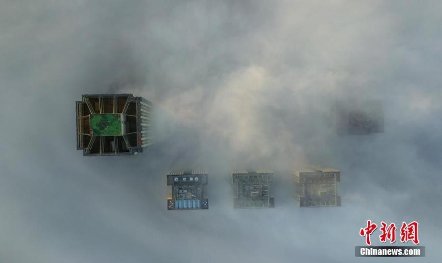 Aerial photo taken on Dec. 21, 2018 shows buildings shrouded in fog in Yangzhou, east China\'s Jiangsu Province. (Xinhua/Meng Delong)