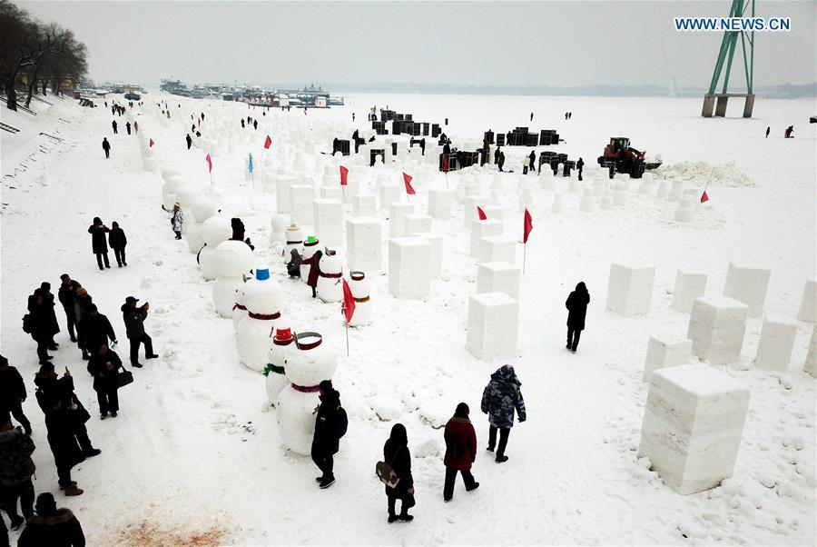 People make snowmen on the frozen Songhua River in Harbin, capital of northeast China\'s Heilongjiang Province, Dec. 21, 2018. Altogether 2,019 cute snowmen will be displayed here before January 1, 2019 to greet the new year. (Xinhua/Wang Song)
