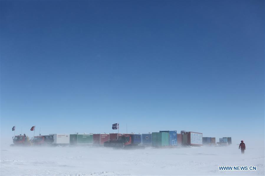 Two inland expedition teams of Chinese researchers on China\'s 35th Antarctic expedition encounter a blizzard on their way to China\'s Kunlun and Taishan stations in Antarctica, Dec. 21, 2018. (Xinhua/Liu Shiping)