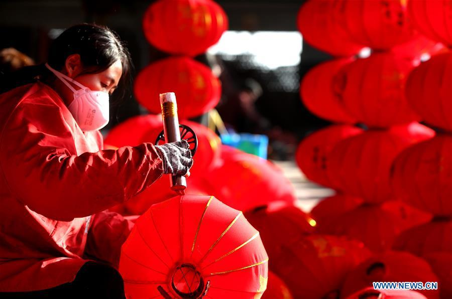 A worker makes red lanterns in Tuntou Village, Gaocheng District, Shijiazhuang City, north China\'s Hebei Province, Dec. 23, 2018. As the New Year approaches, lantern craftsmen in Gaocheng, which is known for its lantern manufacturing, are busy making red lanterns. (Xinhua/Duan Ranxingzhi)