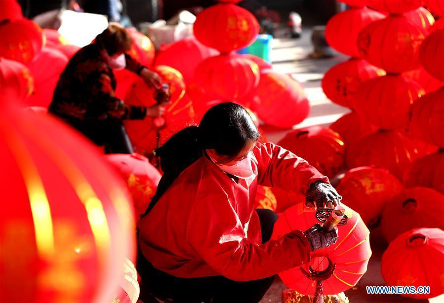 Workers make red lanterns in Tuntou Village, Gaocheng District, Shijiazhuang City, north China\'s Hebei Province, Dec. 23, 2018. As the New Year approaches, lantern craftsmen in Gaocheng, which is known for its lantern manufacturing, are busy making red lanterns. (Xinhua/Duan Ranxingzhi)