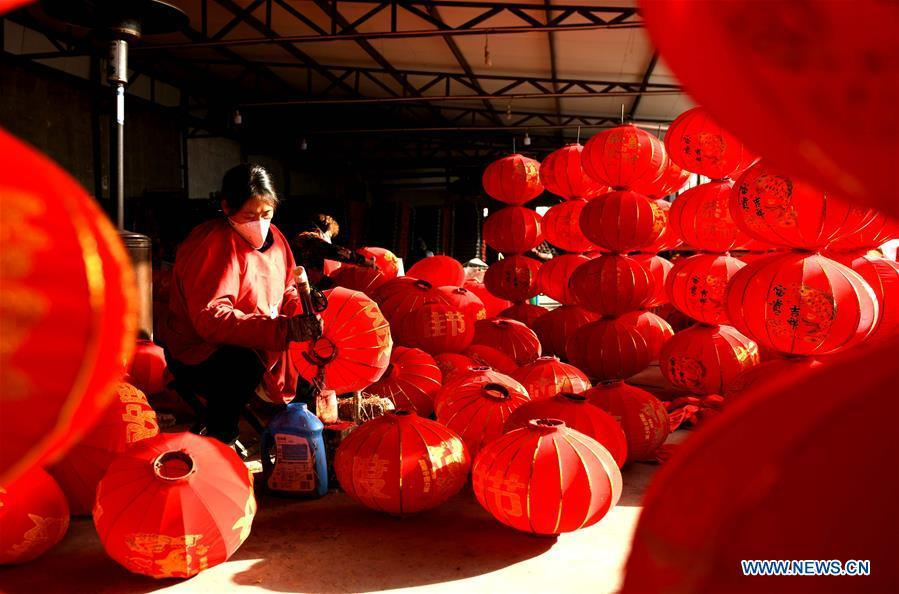 Workers make red lanterns in Tuntou Village, Gaocheng District, Shijiazhuang City, north China\'s Hebei Province, Dec. 23, 2018. As the New Year approaches, lantern craftsmen in Gaocheng, which is known for its lantern manufacturing, are busy making red lanterns. (Xinhua/Chen Qibao)