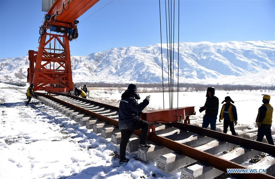 Workers are seen at a construction site on the Lhasa-Nyingchi section of the Sichuan-Tibet Railway in southwest China\'s Tibet Autonomous Region, Dec. 23, 2018. The Sichuan-Tibet Railway will be the second railway into southwest China\'s Tibet Autonomous Region after the Qinghai-Tibet Railway. The line will go through the southeast of the Qinghai-Tibet Plateau, one of the world\'s most geologically active areas. (Xinhua/Chogo)