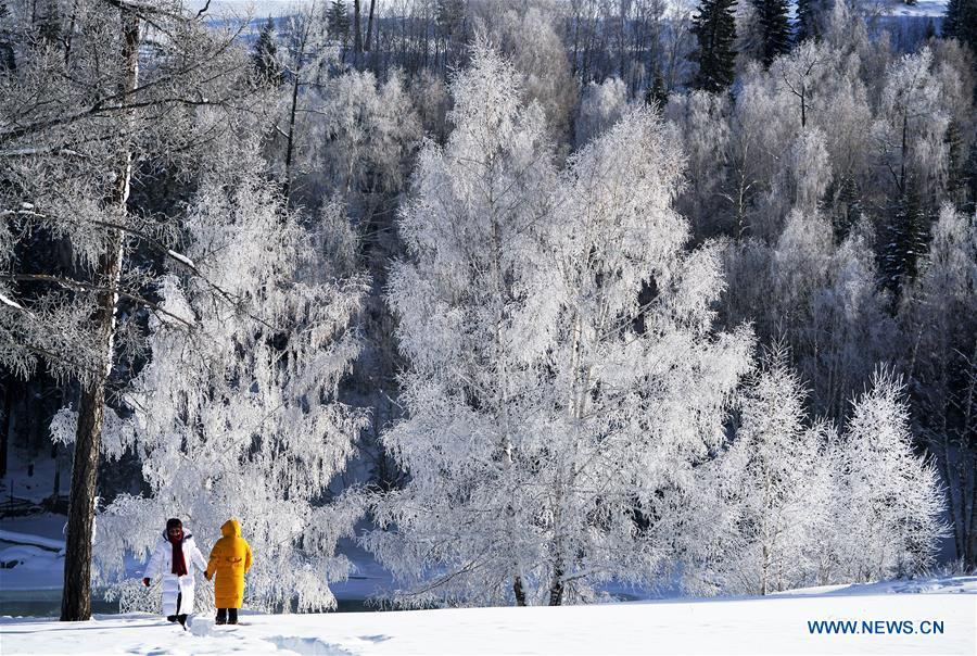 Tourists view the frost scenery at the Kanas scenic area, northwest China\'s Xinjiang Uygur Autonomous Region, Dec. 23, 2018. (Xinhua/Han Yuqing)