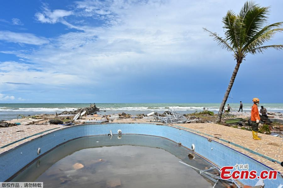 Damage to a swimming pool is seen in the Villa Stephanie compound in Carita in Banten province on Dec. 25, 2018, three days after a tsunami - caused by activity at a volcano known as the \'child\' of Krakatoa - hit the west coast of Indonesia\'s Java island. Indonesian military and rescue teams fanned out across a stretch of coastline on Monday, hoping to find survivors of a tsunami triggered by a landslide from a volcano that killed at least 373 people. (Photo/Agencies)