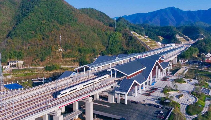 Hangzhou-Huangshan line opens on Dec. 25, 2018. (Photo/chinadaily.com.cn)  A rail route linking the Zhejiang capital of Hangzhou and Huangshan city in Anhui Province opened on Tuesday, according to the China Railway Corporation.   The 265-kilometer Hangzhou-Huangshan line will reduce traveling time to just one and a half hours from over three hours before, the company said, adding that residents from Shanghai and Nanjing need to travel only two and a half hours and three and half respectively if they visit Huangshan.