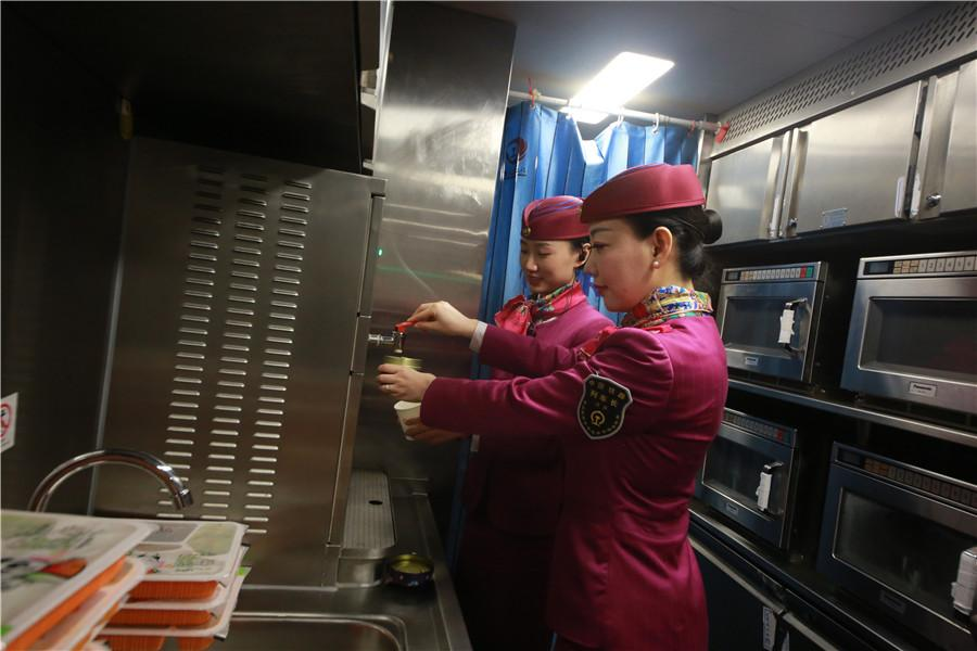 Liu helps prepare hot drinks and boxed meals in the dining car. (Photo provided to chinadaily.com.cn)