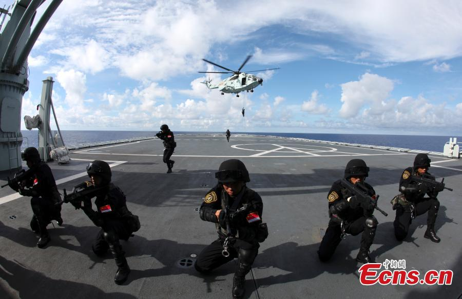 Members of Chinese Navy special force in a drill in July 2010. (Photo: China News Service/Zhong Kuiru)