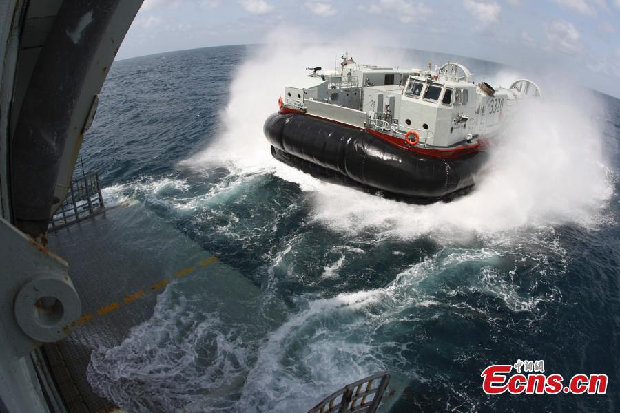 An air-cushion craft of Chinese Navy is in service during a mission in the Gulf of Aden in October 2010. (Photo: China News Service/Zhong Kuirun)