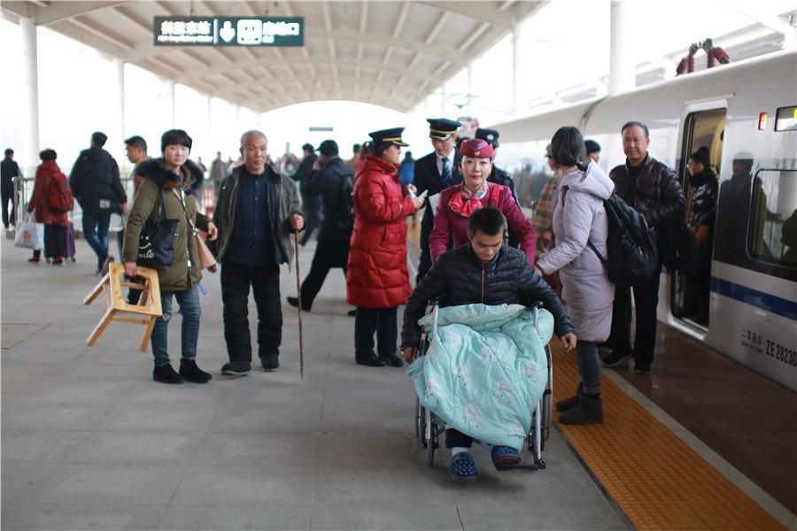 Liu helps with a passenger in a wheelchair. (Photo provided to chinadaily.com.cn)