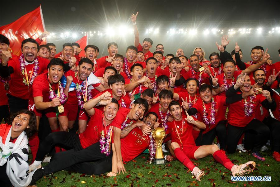 File photo taken on Nov. 7, 2018 shows members of Shanghai SIPG team pose for pictures during the awarding ceremony for 2018 Chinese Super League (CSL) in Shanghai, east China. Shanghai SIPG was crowned CSL champion after a 2-1 win over Beijing Renhe. It was the club\'s maiden CSL trophy and put an end to the seven-year title dominance of Guangzhou Evergrande. (Xinhua/Ding Ting)