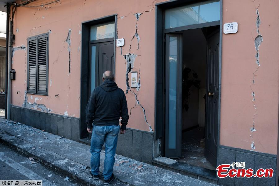 A resident stands near a cracked building in Zafferana Etnea near Catania on Dec. 26, 2018, after a 4.8-magnitude earthquake hit the area around Europe\'s most active volcano Mount Etna. The quake was the strongest in the region after Mount Etna erupted on Dec. 24. It injured four people, damaged old buildings and forced the closure of part of a highway running along the sea, Italian civil protection authorities said. (Photo/Agencies)