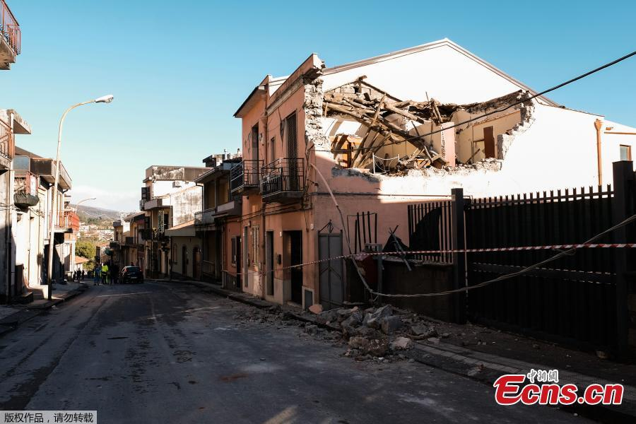 A resident assesses damages after a house\'s roof collapsed on a street in Zafferana Etnea near Catania on Dec. 26, 2018, after a 4.8-magnitude earthquake hit the area around Europe\'s most active volcano Mount Etna.  The quake was the strongest in the region after Mount Etna erupted on Dec. 24. It injured four people, damaged old buildings and forced the closure of part of a highway running along the sea, Italian civil protection authorities said. (Photo/Agencies)