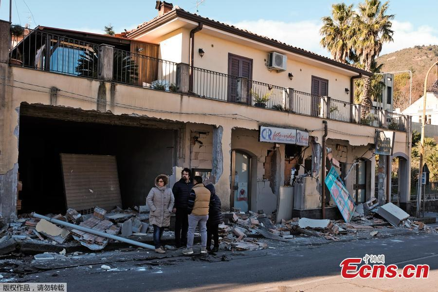 Residents gather outside a damaged building and shop in Zafferana Etnea near Catania on Dec. 26, 2018, after a 4.8-magnitude earthquake hit the area around Europe\'s most active volcano Mount Etna. The quake was the strongest in the region after Mount Etna erupted on Dec. 24. It injured four people, damaged old buildings and forced the closure of part of a highway running along the sea, Italian civil protection authorities said. (Photo/Agencies)
