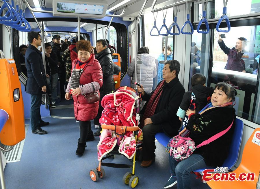 A tram begins service in Chengdu City, Sichuan Province, Dec. 26, 2018. The first section of the city\'s Rong Line 2 tram line has opened, running for approximately 13.7 kilometers. The trams can travel at speeds of up to 70 kilometers per hour and carry a maximum of 380 people. (Photo: China News Service/Liu Zhongjun)
