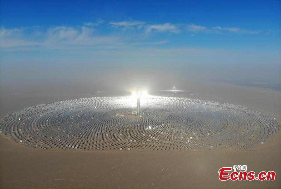 A view of a 100-megawatt molten-salt solar thermal power plant in Dunhuang City, Northwest China\'s Gansu Province, Dec. 26, 2018. The plant is powered by 12,000 mirrors that concentrate sunlight onto a receiver at the top of a solar tower, 260 meters high. The heat collected is used to create steam that turns a turbine and generator, as at a traditional thermal power plant. The molten salt can also be stored and used to generate power on demand, even at night. (Photo: China News Service/Yang Yanmin)