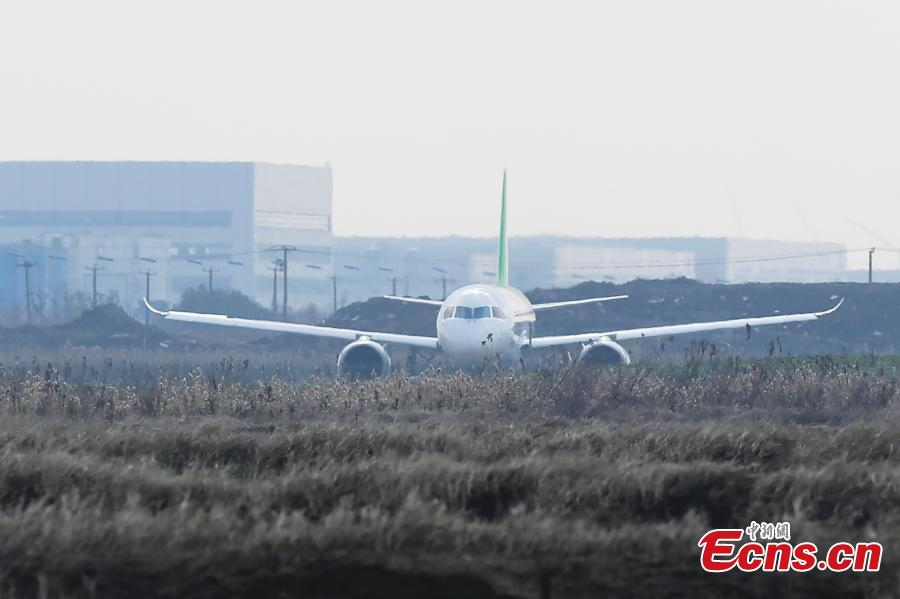 China\'s domestically developed C919 passenger jet is seen during a test flight at Pudong International Airport in Shanghai, Dec. 28, 2018. The third C919 plane, developed by the state-owned Commercial Aircraft Corp. of China (COMAC), took a test flight at the busy airport\'s 4th runway. (Photo: China News Service/Yin Liqin)