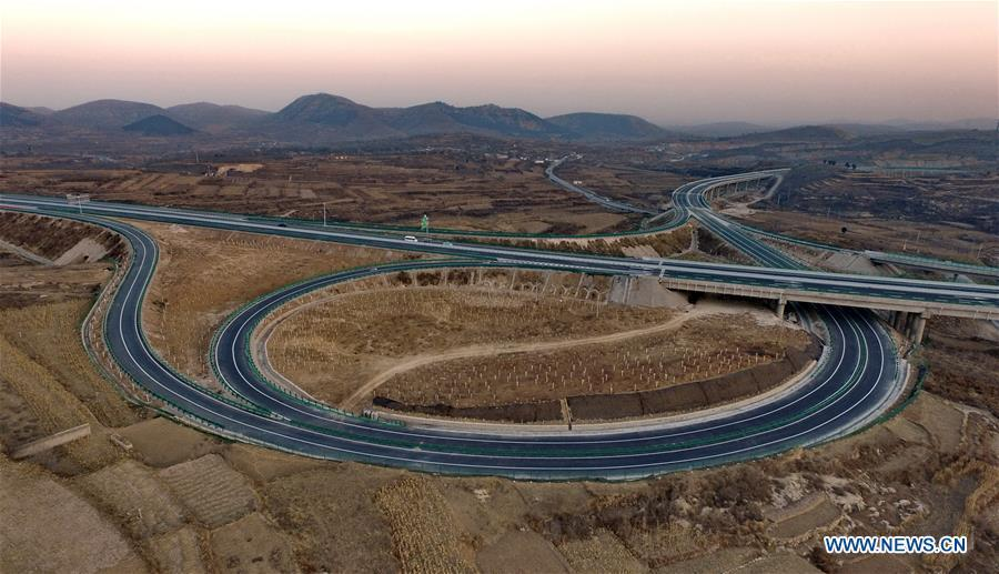 Photo taken on Dec. 17, 2018 shows the junction of Taihang Mountain expressway and Xingtai-Fenyang expressway in north China\'s Hebei Province. The Taihang Mountain expressway linking Hebei with Beijing started operation Friday. The expressway, with a total length of 650 km, connects Hebei\'s mountainous region with the capital and its neighboring provinces including Shanxi and Henan, benefiting a total of 7.4 million people living in the mountainous areas. (Xinhua/Yang Shiyao)