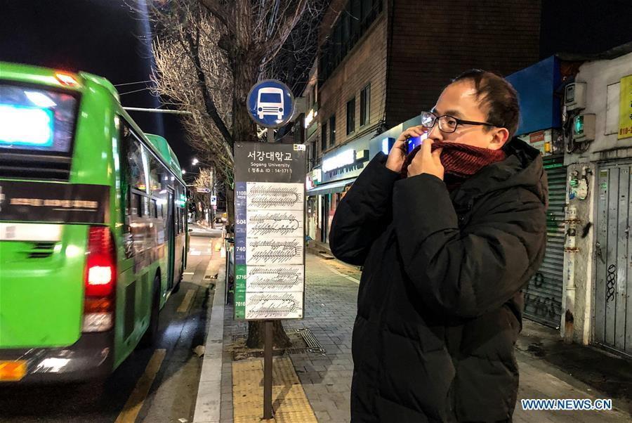 A man makes a phonecall at a bus station in Seoul, South Korea, Dec. 28, 2018. A cold wave hit the country on Friday, dipping Seoul\'s temperature to minus 19.3 degrees Celsius. (Xinhua/Wang Jingqiang)
